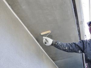 ケレン清掃が終了したらプライマーの塗装です。軒裏天井の下塗り塗装は業者によっては省略される箇所ですが、入念に塗装します。