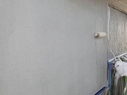 外壁も同様にケレン作業および、亀裂箇所などの補修が完了したら下塗り塗装を実施。