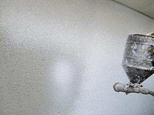 今回はリシン吹き付け塗装を行います。リシン吹付けにより砂壁のような凸凹した質感を出します。