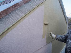 リシン吹付けを十分乾燥させたら、中塗り、上塗りを行います。厚く塗装することで耐久性がアップします。