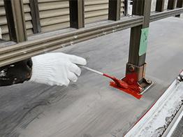サビ止め塗料をたっぷりと塗装します。