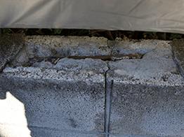 塀の補修です。ブロックの上部が壊れて、中の鉄筋が露出しています。