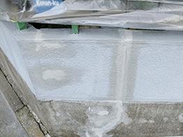 破片を極力除去し、プライマーを塗り込み、コーキングの打設、モルタルの打設、塗装の実施です。