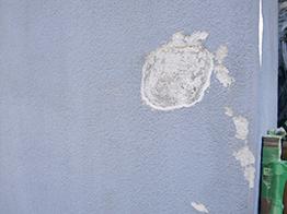 プライマーは接着剤の役割、コーキング剤は水の侵入を防ぎます。塀の崩れなど、修繕が困難と思われがちですが、技術があればどんなものでも補修は可能です。