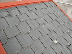尾根部分のサビ止め塗装が完了したら、いよいよ屋根全体の塗装を実施します。