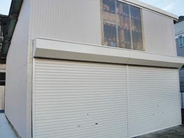 屋根、外壁共に金属製なのでサビが再発しないようにケレン清掃とサビ止め塗装を入念に行った案件でした。