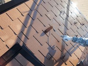 中塗りが乾燥したら最後の仕上げの上塗り塗装を行います。出来る限り分厚く塗装することで、塗膜が厚くなり耐久性が増します。