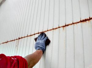 トタン屋根同様に外壁も出来る限りサビを除去します。ケレン清掃は地味な作業ですが非常に重要です。