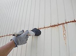 ケレン清掃にてサビを除去したら、サビ止めの下塗り塗装を行います。
