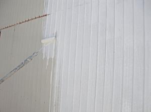 サビ止め塗装が完了したら中塗り塗装を行います。
