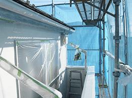 外壁の下塗り塗装の前に窓や金属部を入念に養生します。