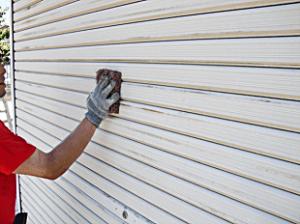 シャッターの塗装です。屋根や外壁同様に入念にケレン清掃を行い、サビや古い塗膜を除去します。