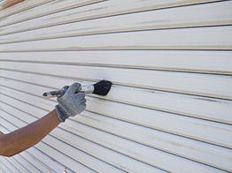 ケレン清掃が終了したらサビ止めの下塗り塗装を行います。シャッターの隙間まで入念にサビ止め塗料を塗りこみます。