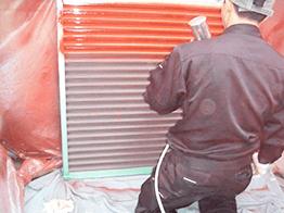 刷毛やローラーで塗りにくい場合は、チロンという吹付け器具を使用し塗装を行います。