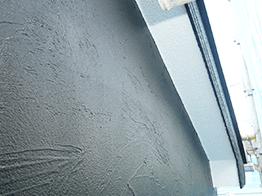 外壁は漆喰調の模様が施されており、黒が非常に良くマッチします。