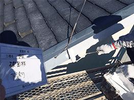 破風板の塗装です。破風板も下塗り、中塗り、上塗りと3回塗りを行います。
