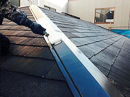屋根のトタン尾根部分はサビを落とすため入念にケレン清掃を行い、サビ止めを塗布します。
