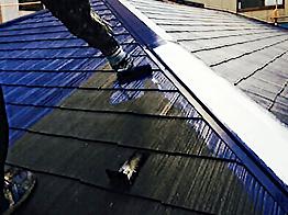 屋根も外壁と同様に下塗り塗装を行い接着効果を高めます。乾燥してから中塗りを行います。今回は耐候性が非常に強いヤネフレッシュのフッ素を採用しました。