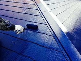 中塗りが乾燥したら、最後に上塗り塗装を行い、屋根塗装の完了となります。屋根も外壁も青色に塗装し非常にかっこよい仕上がりとなりました。