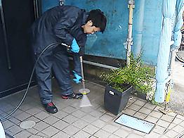 東京都文京区の築16年の一軒家の外壁・屋根塗装をご依頼いただきました。玄関先や犬走りなど塗装しない箇所も入念に高圧洗浄します。