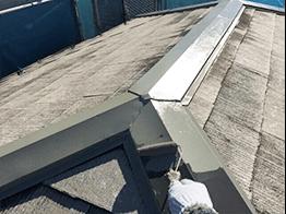 18年間メンテナンスされておらず、屋根のトタン尾根部分にサビが多発。入念にケレン清掃を行いサビを除去し、錆止めを塗装しました。