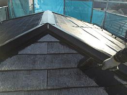 下塗り塗装が完了したら、中塗りを行います。ヤネフレッシュは非常に品質が高く屋根塗装にはおすすめの塗料です。