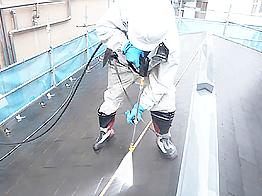 16年間メンテナンスされていないこともあり、コケやカビが多い状況。塗膜の密着性・耐候性に大きく影響するので入念に除去します。