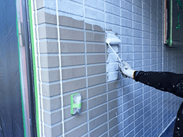 外壁はサイディングに合う下塗り塗料を塗装します。高圧洗浄を完全に乾燥させてから塗装することが非常に重要で、乾燥しないと塗膜の剥がれ要因になります。