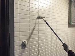 中塗り塗装が完了したら、上塗り塗装を行います。屋根と同様に塗膜の厚みを出すことで塗膜の耐候性を高めます。