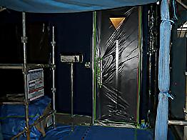 玄関まわりや窓まわり、サッシ、金属部分など塗料が付着しないように養生を行います。