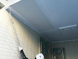 玄関前の天井部分です。細かい部位も下塗りから丁寧に塗装いたします。