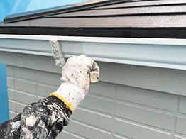 屋根の破風板部分の塗装です。素材に合わせた塗料で塗装します。塗装業者によっては鉄部も木部も同じ塗料を使用する場合もあるので要チェックです。