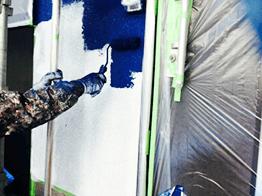 下塗りが完了したら完全に乾燥させてから、中塗り塗装を行います。今回は耐用年数が最も長い水性セラタイトシリーズのフッ素塗料を採用いたしました。