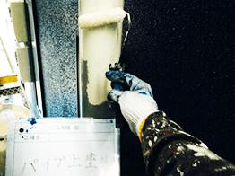 配管パイプの塗装です。素材によって塗料をきっちり分けて塗装します。