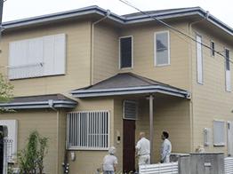 東京都練馬区の築15年のご自宅です。初の外壁塗装とのことで、全体的に塗膜剥離や黒ずみが多く発生。