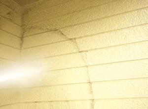 まずは高圧洗浄で汚れ、古い塗膜、カビ、油分などを徹底的に除去します。高圧洗浄後はしっかり乾燥させることが重要で、怠ると塗膜剥離の要因になります。