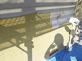下塗りの次はいよいよ一回目の上塗り(中塗り)です。上塗材は水性セラタイトF(Fはフッ素の意味)という、超低汚染、超耐久性を有する高級塗料を使用しております。