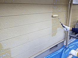 全ての下地処理を仕上げたら、シーラーを下塗りします。シーラーは上塗りの接着力を左右し、耐久年数に大きく影響しますので、丁寧に濃く塗ります。