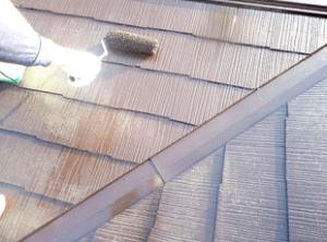 仕上げも溶剤のヤネフレッシュsiで入念に塗装します。2回塗装することで、塗膜に厚みができ耐候性、防カビ性、密着性の効果が高まります。