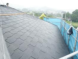 ご覧ください。高圧洗浄で古い塗膜やコケ・カビを完全に除去すると元の綺麗なスレート屋根の状態になりました。