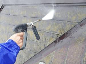 高圧洗浄でコケやカビ、埃を徹底的に除去します。塗料の接着力を最大限に引き出すためにも、下地の状態を確認するためにも非常に重要です。