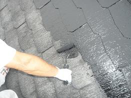 スレート屋根の広い面はローラーを使用し継ぎ目などの細かい箇所は刷毛で丁寧に塗装します。