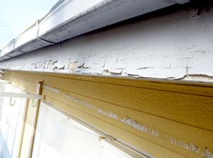 破風板の塗膜剥離が酷い状態です。軒裏天井や破風板部分は、新築施工時に低質な塗料を使用していることが多く、短い年月で痛みやすい箇所となります。