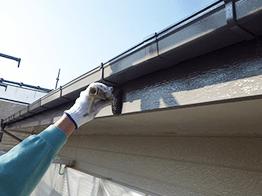破風板も下塗り、中塗り、上塗りを行います。破風板だけ上塗りのみの業者も多いですが、破風板もご住居の一部なので、入念に塗装します。