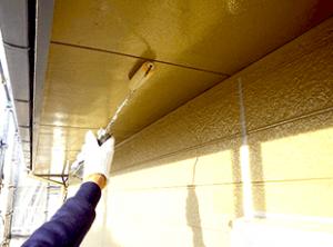 軒裏天井も破風板などと同様に下地処理から上塗りまで入念に行います。