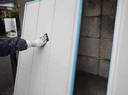 雨戸など取り外し可能な部位は取り外して、ケレン清掃作業から行います。