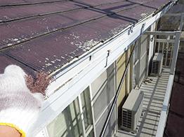 屋根の軒先部分は特に傷みやすいです。スレート屋根の場合、顕著に痛みが現れます。ナイロンスポンジで丁寧にケレン清掃します。