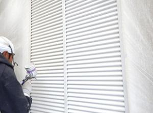 雨戸はローラーやハケではムラが出るので、チロンという吹付け器材を使用し丁寧に塗料を吹き付けます。
