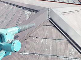 ブロワーでサビや塗膜の破片を完全に飛ばします。出来る限り不純物を除去してキレイな状況に仕上げて塗装を開始します。