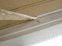 窓サッシや玄関まわりのシーリングも全部取り替えます。古くなると弾力性がなくなり、ひび割れしてきます。ひび割れしたら交換のサインです。